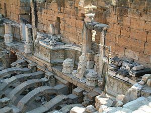 Teatr Rzymski w Hierapolis - fragment sceny (fot. Wikipedia, autor: Radomil, lic. CC-BY-SA-3.0)