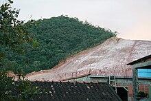 Deforastation родных тропических лесов в Рио-де-Жанейро, городе для добычи глины для гражданского строительства