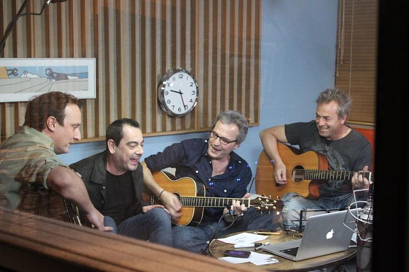 File:Hombres G en el estudio cantando.jpg