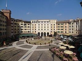 Het plein waarrond het hotel zich uitstrekt