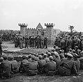In kamp Harskamp is een bühne gebouwd, waar enkele voorstellingen per dag door, Bestanddeelnr 900-3432.jpg