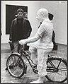 Jan Wolkers bij het beeld Man on a bicycle van de American Pop Art kunstenaar Ge, Bestanddeelnr 092-1342.jpg