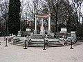 Jardin El Capricho Sfinxs at Plaza de los Emperadores01.jpg