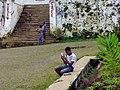 Jeune garçon et son téléphone à Monte Café (São Tomé).jpg