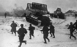Sovietska pechota útočiaca s podporou tankov t-34 pri meste kalač