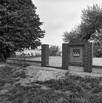 Kerkhof, gelegen binnen de muren van het in de 17e eeuws verbrande kerkje - Kalslagen - 20121526 - RCE.jpg