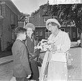 Koningin Juliana bezocht Rekkense Inrichting Hare Majesteit krijgt bloemen van D, Bestanddeelnr 917-8320.jpg