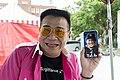 Kuo-hung Li holding a smartphone 20181020.jpg