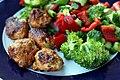 Kyllingefrikadeller og broccolisalat (7263102032).jpg