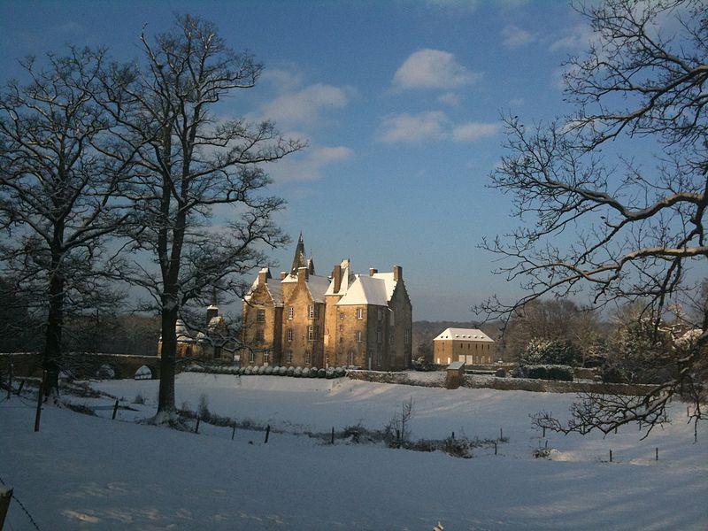 Photo superbe du château de Bourgon illuminé par la neige et le soleil