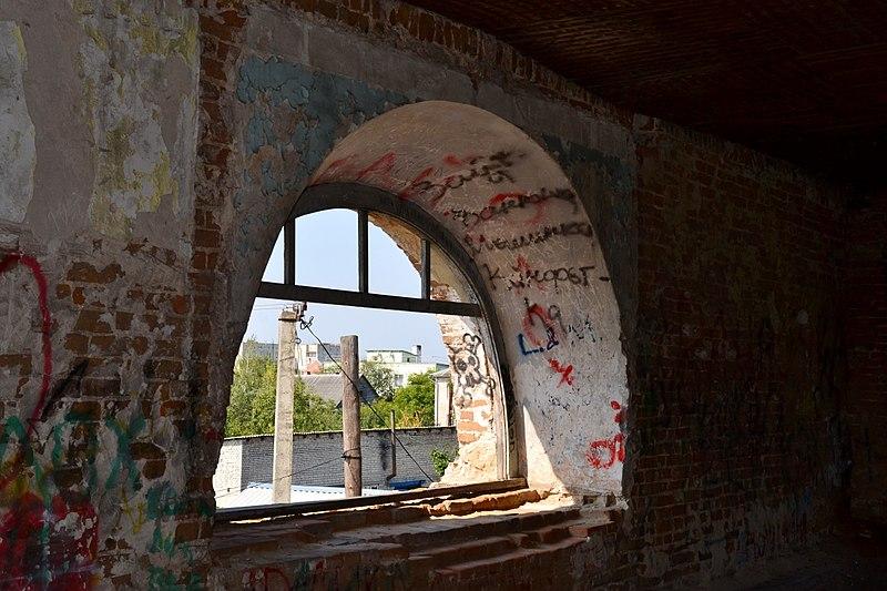 В'їздна арка садиби (вікно другого поверху), Любешів, Волинська область. Автор Viacheslav Galievskyi, вільна ліцензія CC BY-SA 4.0