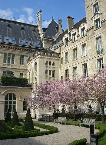 http://upload.wikimedia.org/wikipedia/commons/thumb/1/11/Louis-le-Grand--cour-honneur.jpg/350px-Louis-le-Grand--cour-honneur.jpg