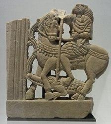 Français: Élément de décor de fenêtre? Le dieu égyptien Horus en cavalier romain terrassant un crocodile