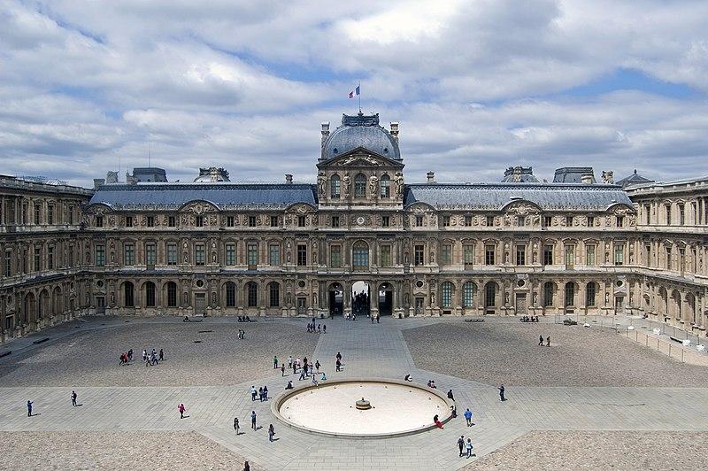 File louvre cour carr e june wikimedia commons for Le louvre interieur