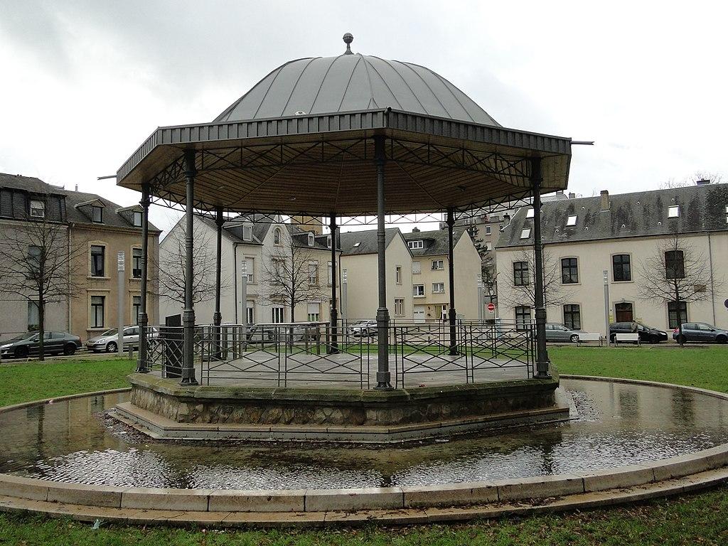 File luxembourg kiosque place du parc 3 jpg wikimedia for Bonnevoie piscine luxembourg