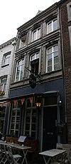 foto van Huis met lijstgevel van hardsteen.