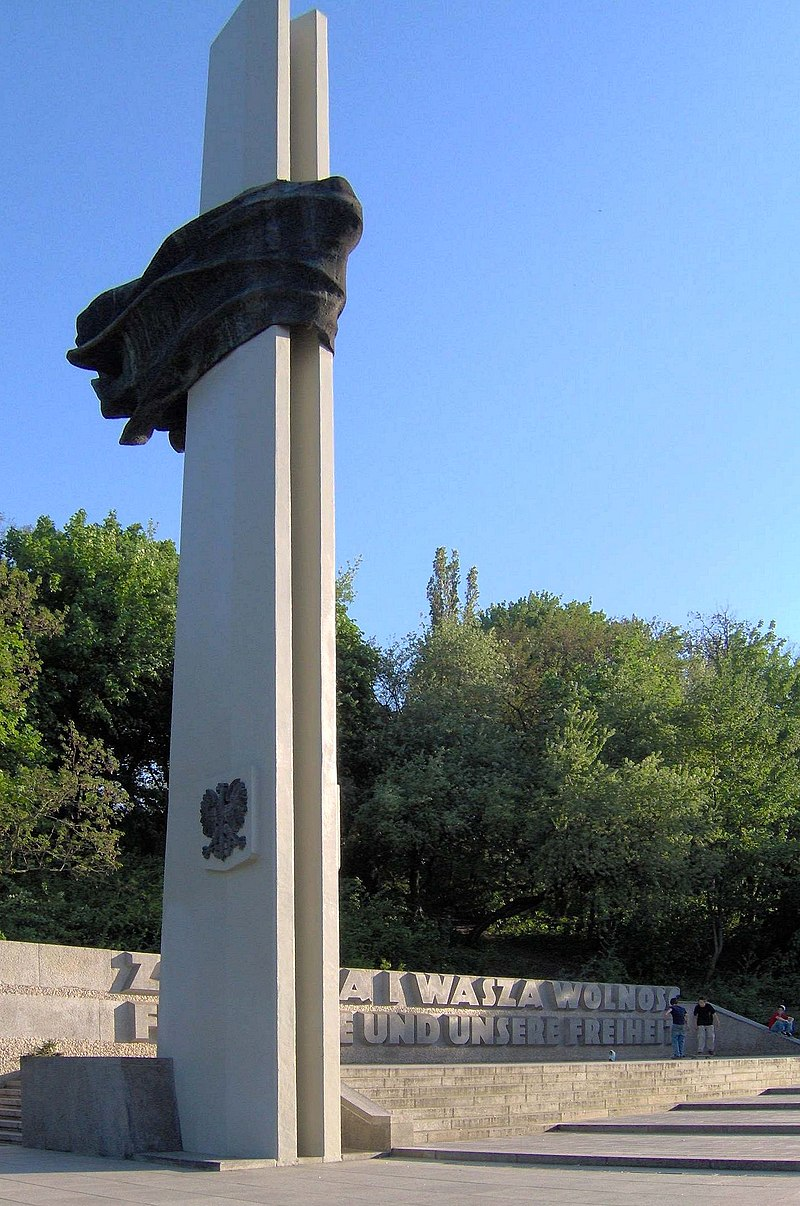 https://upload.wikimedia.org/wikipedia/commons/thumb/1/11/Memorial_to_Polish_Soldiers_and_German_Anti-Fascists_x.jpg/800px-Memorial_to_Polish_Soldiers_and_German_Anti-Fascists_x.jpg