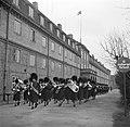 Militairen verlaten de kazerne voor een aubade ter ere van de 55e verjaardag va…, Bestanddeelnr 252-8719.jpg