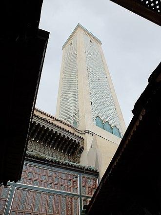 Zaouia Moulay Idriss II - Image: Minaret and north entrance to Zawiya of Moulay Idris II
