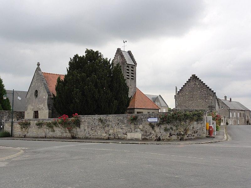 Missy-aux-Bois (Aisne) pignons à échelons de l'église et des maisons
