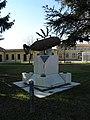 Monumento commemorativo sul piazzale del municipio (Isola Rizza) 02.JPG