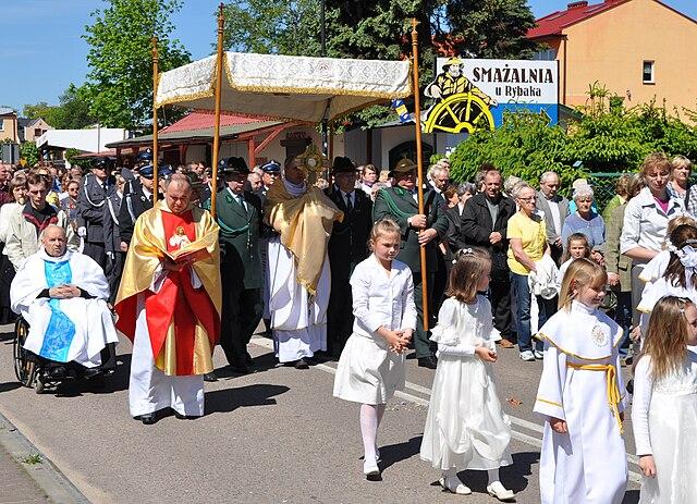 http://upload.wikimedia.org/wikipedia/commons/thumb/1/11/Mrzezyno_Corpus_Christi_procession_2010_B.jpg/640px-Mrzezyno_Corpus_Christi_procession_2010_B.jpg