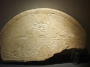 Lunette (stele) - Image: Museo archeologico di Firenze, Museo Egizio, stele del sacerdote Gedhor (età tolemaica)