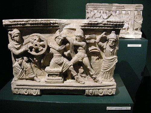 Urna funeraria etrusca de alabastro: Muerte de Mirtilo. Museo Guarnacci.