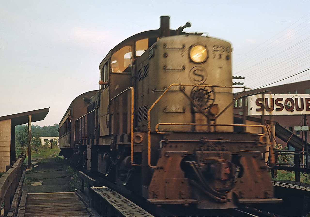 https://upload.wikimedia.org/wikipedia/commons/thumb/1/11/NYS%26W_Alco_236_suburban_train%2C_Hackensack%2C_NJ_station_on_September_3%2C_1965_[24178709784%29.jpg/1280px-NYS%26W_Alco_236_suburban_train%2C_Hackensack%2C_NJ_station_on_September_3%2C_1965_(24178709784%29.jpg