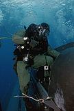Un SEAL saliendo de un submarino.