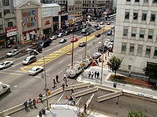 Un notevole assembramento di giornalisti e reporter al di fuori della sede del Prudential Financial a Newark, New Jersey ad agosto 2004 in seguito all'annuncio di una possibile minaccia terroristica.