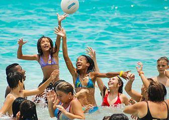 Niños jugando en la playa2.JPG
