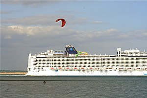 Norwegian Epic - Image: Norwegian Epic water chute 1