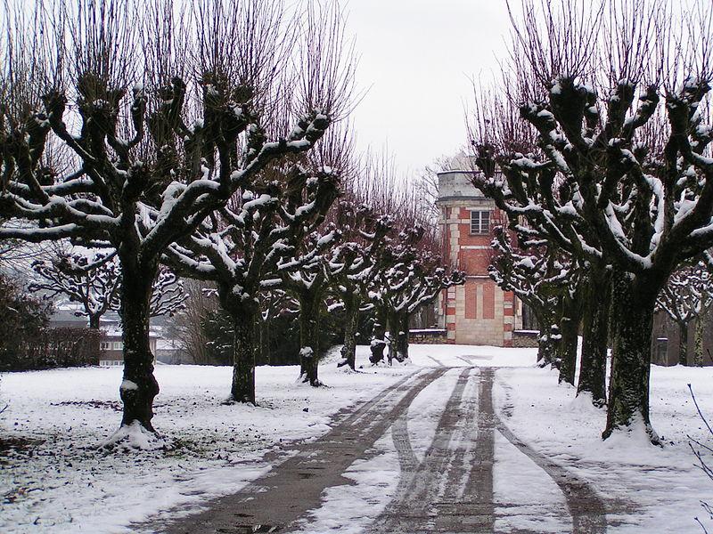 L'allée principale de l'observatoire de Besançon.