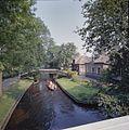 Overzicht gracht met bruggetjes en boerderijen - Giethoorn - 20351655 - RCE.jpg