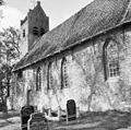 Overzicht van kerk met zadeldaktoren, enkele grafstenen op de voorgrond - Hogebeintum - 20404014 - RCE.jpg