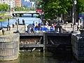 Paddan lägger till vid en av slussarna i Fattighusån utanför nya Clarion Post Hotel - panoramio.jpg