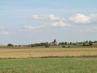 Ostrowite (województwo pomorskie, powiat chojnicki, gmina Chojnice) - panorama wsi od strony Jeziora Ostrowite. Fot. Gżdacz, lic. CC BY-SA 3.0 (http://creativecommons.org/licenses/by-sa/3.0).