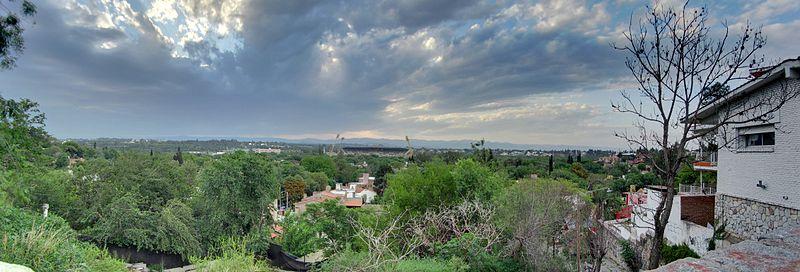 Zona noroeste de la ciudad, una de las más pobladas en parques. Foto tomada desde el mirador del barrio Cerro de las Rosas. De fondo el estadio olímpico.