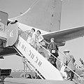 Passagiers gaan aan boord van een toestel van luchtvaartmaatschappij El Al, Bestanddeelnr 255-3119.jpg