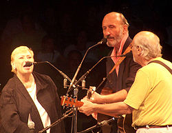 Mary Travers, Paul Stookey e Peter Yarrow sul palco dello Westbury Music Fair, Westbury, contea di Nassau (New York), 5 agosto 2006