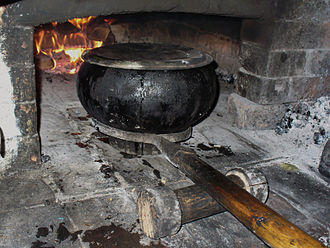 Dutch oven - Chugun with a long handled tool and lifting roller
