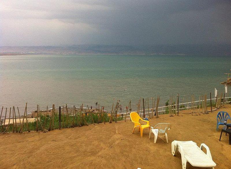 לשבת על החוף