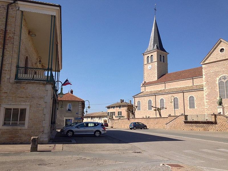 Place de Feillens avec la mairie et l'église