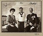 Portrett av Dronning Maud, Kronprins Olav og Kong Haakon VII, ca 1910.jpg