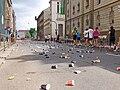 Pražský maraton, Vltavská, občerstvovací stanice, odpadky.jpg