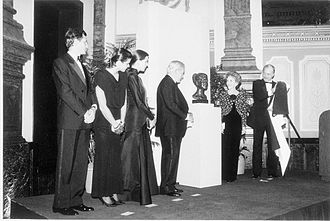 Rainier III, Prince of Monaco - Rainier, Albert, Caroline, Stéphanie, Nancy Reagan and Robert McCormick Adams at the presentation of a portrait head of Princess Grace at the National Portrait Gallery in October 1986