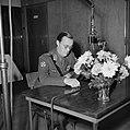 Prins Bernhard houdt een radiotoespraak, Bestanddeelnr 255-8038.jpg