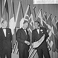 Prins Bernhard reikt de 50e Charter uit aan de Lions Club Amsterdam in Hiltonhot, Bestanddeelnr 916-1113.jpg