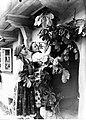 Przyozdabianie (majenie) domów na Zielone Święta w Bronowicach (1-F-109-11).jpg
